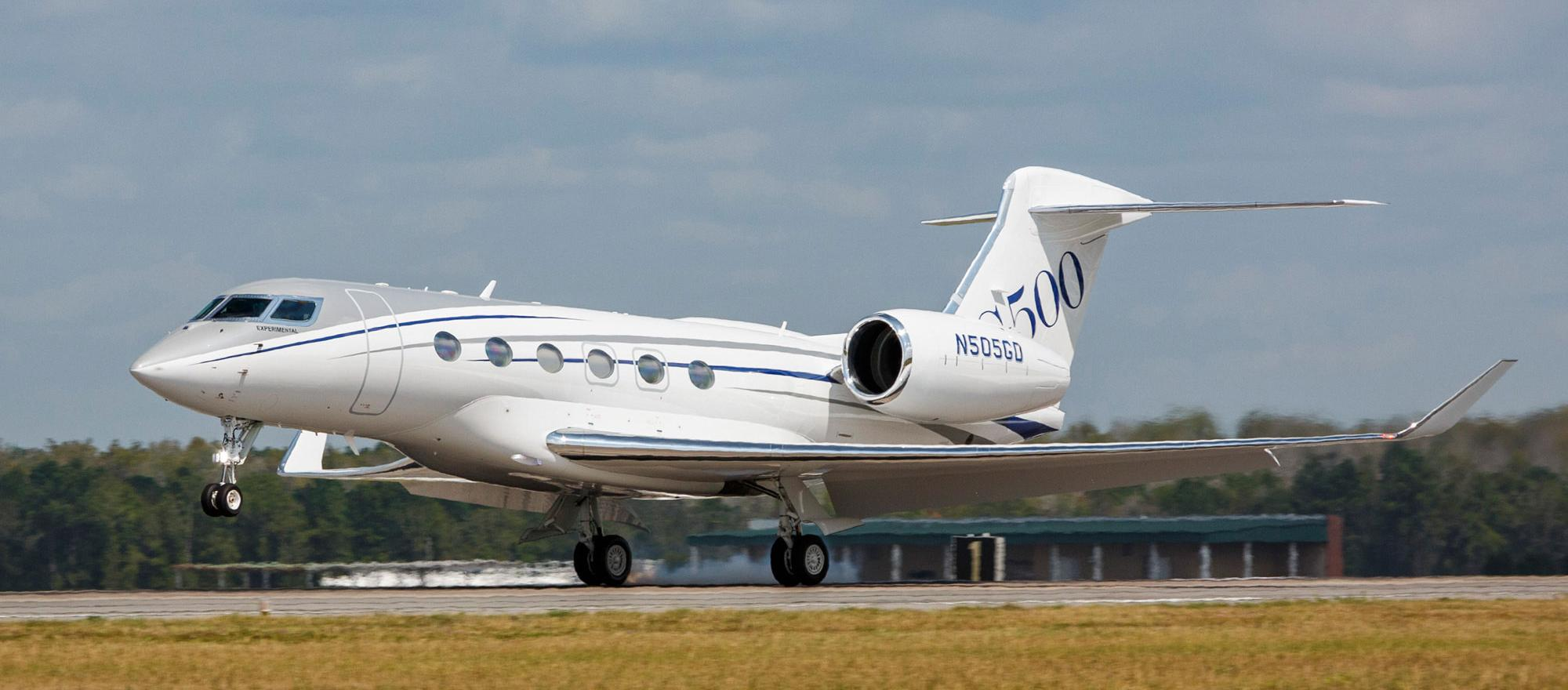 G500 has a clean cabin design from the large oval cabin windows to the slick wing with an aggressive 36-degree sweep.